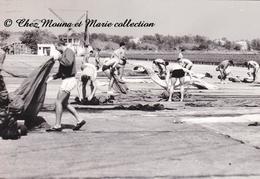 SENEGAL - 7 EME RPIMA RPC REGIMENT DE PARACHUTISTES - PLIAGE DES PARACHUTES - ANNEES 1960 - PHOTO MILITAIRE 17 X 12 CM - Guerre, Militaire