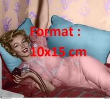 Reproduction D´une Photographie De Marilyn Monroe Allongée Sur Un Divan En Tunique Rose - Reproductions