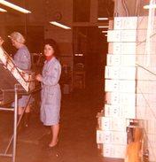 Photo Couleur Originale Ouvrières Au Magasin Et Mise En Carton De Bouteilles à Identifier Vers 1970 - Métiers