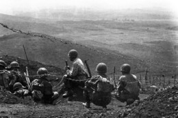 Militaria Indochine - Dien Bien Phu - Les Paras En Position Sur Une Colline - Documents