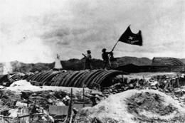 Militaria Indochine - Le Drapeau Viet Flotte Sur Dien Bien Phu - Documents