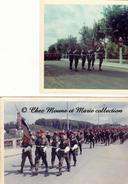 DEFILE DU 7 EME RPIMA RPC REGIMENT DE PARACHUTISTES - PORTE DRAPEAU - ANNEES 1960 - LOT DE 2 PHOTOS - MILITAIRE - Guerre, Militaire