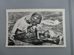 CPA PHOTO AFRIQUE NIGER BÉBÉ RECEVANT UN LAVEMENT - Niger