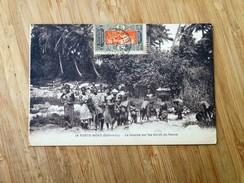 CPA : DAHOMEY : PORTO-NOVO : La Lessive Sur Les Bords Du Fleuve, Jeunes Filles Seins Nus, Enfants, Timbre 1935 - Dahomey