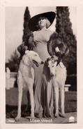 CINÉMA ANCIEN - ACTRICE : MAE WEST Et CHIEN - PHOTO Des ANNÉES 1920 - ´30 : ROSS - DIMENSIONS ~ 5 X 7 CM (v-737) - Acteurs