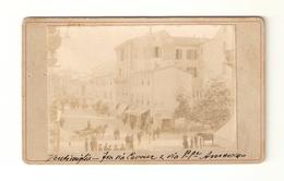 FOTO-0001- FOTO SU CARTONCINO- FINE ANNO 1899- VENTIMIGLIA FRA VIA CAVOUR E VIA PRINCIPE AMEDEO-ANIMATISSIMA - Luoghi