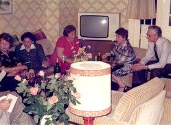 Photo Originale Mobilier Vintage En 1976 - Poste De Télévision Blanc Entouré De Tons Beige, Orangé ! Apéritif Au Salon - Objetos