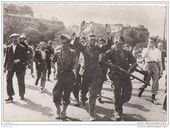 X405 GUERRE 39 - 45  UN PRISONNIER ALLEMAND EST EMMENE PAR LES F F I  2 SCANS - Guerre 1939-45
