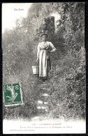 CPA ANCIENNE- FRANCE- CAPDENAC-LE-HAUT (46)- JEUNE FILLE DESCENDANT A LA FONTAINE DE CÉSAR- COSTUME ET COIFFE - Frankreich