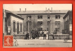 IAZ-32  Roanne  La Caserne, Militaires. Cachet Frontal. Cachet 1908. Grosse Fente à Coté Du Timbre, ETAT - Roanne