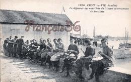(85) Croix De Vie - Le Déjeuner Des Ouvrières De L' Usine De Conserves De Sardines - 2 SCANS - Other Municipalities