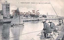 (85) Les Sables D' Olonne - Pêcheurs à La Ligne Sur La Petite Jetée - Pêche Bateau - 2 SCANS - Sables D'Olonne