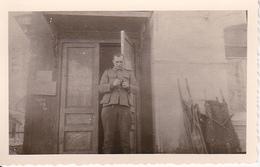 Foto Deutscher Soldat - San-Tragen - 2. WK - 8*5cm (27839) - Krieg, Militär