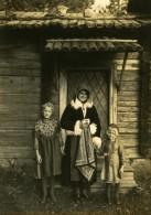 Suede Famille Suedoise Maison En Bois Habits Traditionnels Ancienne Photo Kopman 1930 - Photographs