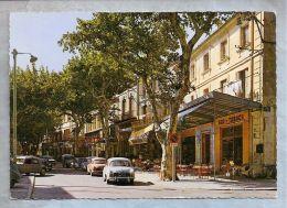 CPM - En Provence - Chateaurenard (13) - Le Cours  // Voitures Dans La Rue: Dauphine - Chateaurenard