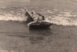 Photo Originale Plage & Maillot De Bain - Matelas Gonflable En Guise De Planche & Baignade En 1964 - Anonyme Personen