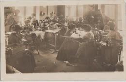 CPA PHOTO MACHINE A COUDRE Atelier De Couture Groupe De Femmes Petites Mains Confection Machines à Coudre Rouet - Artigianato