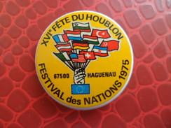 Broche XVI° Fete Du Houblon - HAGUENAU Bas Rhin Festival Des Nations 1975 Signé STOFFEL 68 SAINT LOUIS - Alcool Biere - Plaques Publicitaires