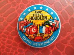 Broche XVI° Fete Du Houblon - HAGUENAU Bas Rhin Festival Des Nations 1977 Signé STOFFEL 68 SAINT LOUIS - Alcool Biere - Plaques Publicitaires