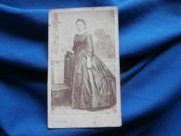 Photo CDV  J. Girod à Chalon S/ Saône - Femme Robe à Crinoline, Noblesse, Bourgeoisie Second Empire Vers 1860 L304 - Photos