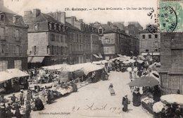 V7095 Cpa 29 Quimper -  La Place St Corentin, Un Jour De Marché - Quimper