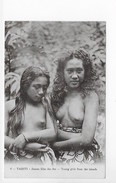 CPA POLYNESIE FRANCAISE  TAHITI JEUNES FILLES DES ILES YOUNG GIRLS FROM THE ISLANDS  ** FEMMES AU SEINS NUS *** RARE ***