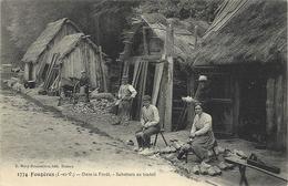 Fougères - Dans  La Forêt , -Sabotiers Au Travail.(dont Une Femme, ). - Fougeres