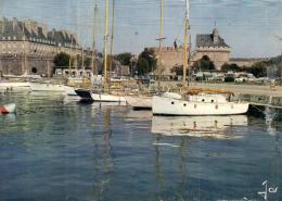 A 5280 - Saint Malo (35) Yachts Au Bassin  Devant  Le Chateau Et Les Remparts - Saint Malo
