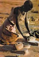 Afrique (Burkina Faso ) HAUTE VOLTA En Pays MOSSI Préparation Quotidienne Du Repas  (femme)*PRIX FIXE - Burkina Faso