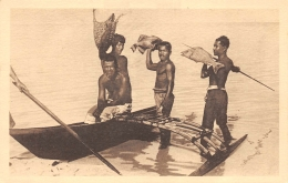 ILES CAROLINES  RETOUR DE PECHE  PIROGUE - Micronesia