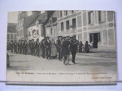 56 - EN BRETAGNE 2002 - NOCE DANS LE MORBIHAN - DEFILE DU CORTEGE A LA SORTIE DE L'EGLISE AU SON DU BINIOU - 1914 - France