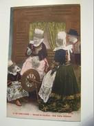 Cp1300 E14  BRETAGNE COSTUMES Et Coiffes  Devant Le Lit Clos Une Belle Histoire Colorisée - Unclassified
