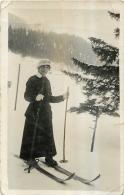 CARTE PHOTO FEMME ET SKIS - Sports D'hiver