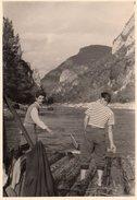 Photo Originale Bateau Et Embarcations - 2 Hommes Sur Un Radeau Côté Gouvernail - Bateaux