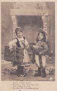 CPA 1er AVRIL. Fantaisie, Enfants En Habit Typique Devant La Cheminée. ...T440 - 1er Avril - Poisson D'avril