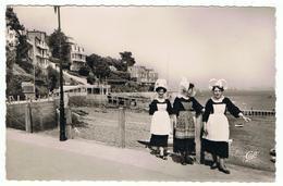 Dinard   Femmes En Costume  Traditionnel - Dinard