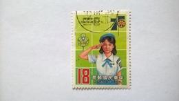 N° 1557       75 Ans De Scout Féminin  - Le Salut Scout - 1945-... République De Chine