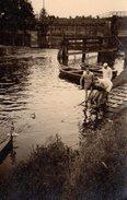 Photo Originale De Jeunes Hommes Au Bord D'une écluse Tirant La Corde D'une Doris Vers 1940 - Schiffe