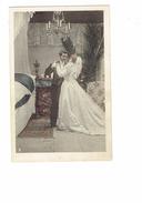 Cpa - Mariage Mariés Nuit De NOCE - Chambre Homme Femme Robe Mariée Lustre Chandelier Tapis N°2 - Noces