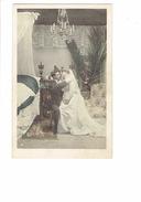 Cpa - Mariage Mariés Nuit De NOCE - Chambre Homme Femme Robe Mariée Lustre Chandelier Horloge Tapis N°4 - Noces