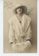 """FEMMES - FRAU - LADY - Jolie Carte Fantaisie Portrait Femme élégante Avec Chapeau  De """"Bonne Année"""" - Women"""