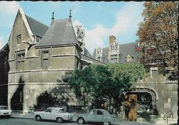 CARTE POSTALE 10CM/15CM ORIGINALE DENTELEE : PARIS (75) LE MUSEE DE CLUNY VOITURES CITROEN 2 CV ET SIMCA ARONDE - Musea