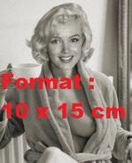 Reproduction D'une Photographie De Marilyn Monroe Nue Sous Sa Robe De Chambre Avec Une Tasse à La Main - Reproductions