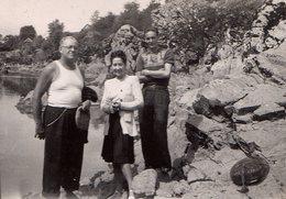Photo Originale Famille En Randonnée Dans Les Gorges En Dordogne - Le Cantal En 1947 - TS Marcel Et Coiffure Banane - Anonyme Personen