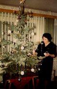 Photo Couleur Originale Noël 1966 - Femme Décorant Son Magnifique Sapin De Noël - Personnes Anonymes