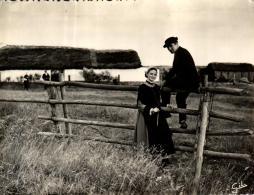 A 5398 -  Folklore  Le Marais Vendeen (85) Couple De Jeunes Maraichins - France