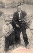 CPA - LES PYRENEES - Grand-Père Et Petits Enfants - Vrais Types Montagnards - Costumes