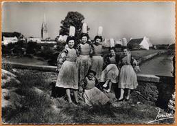 29 / Jeunes Femmes En Coiffe Et Costume Traditionnel Bigouden (années 50-60) - France