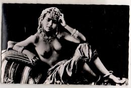 Jeune Mauresque Dans Son Intérieur - Beauté Féminine D'autrefois (1941-1960)