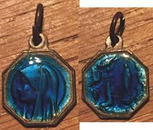 Bijou Pendentif Métal Argenté Recourvert De Résine Bleue Vierge Marie 1 X 1 Cm Année 50 - Religion &  Esoterik
